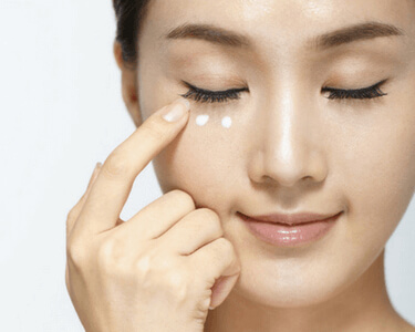 Eye cream to keep the skin fresh and hydrated around the eyes (1)
